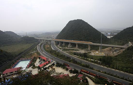 2016年9月21日,高速铁路检测车在沪昆高铁贵州西段贵安新区境内的运行。视觉中国 资料