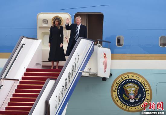 11月8日,美利坚合众国总统唐纳德·特朗普乘坐专机抵达北京,开始对中国进行国事访问。中新社记者 侯宇 摄