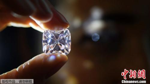 这颗钻石163克拉的钻石晶透无瑕,含有白金、钻石和绿宝石成分。
