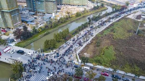 ▲南京河西楼盘集中开售,购房者排长队买房(图片来源:视觉中国)