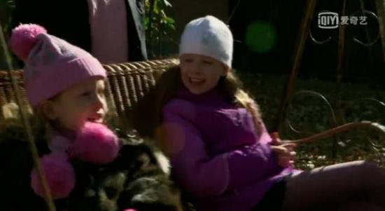 罗杰斯的两个女儿  视频截图