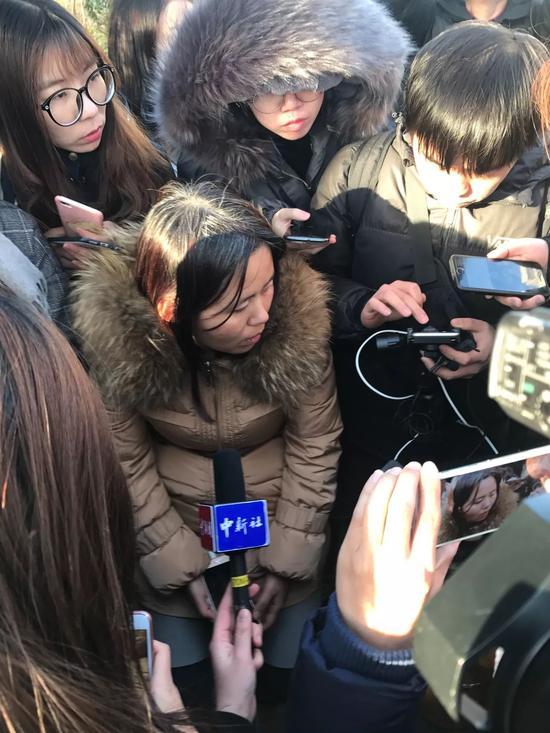 家长在红黄蓝新天地分园外接受记者采访。图 《中国新闻周刊》记者钱炜