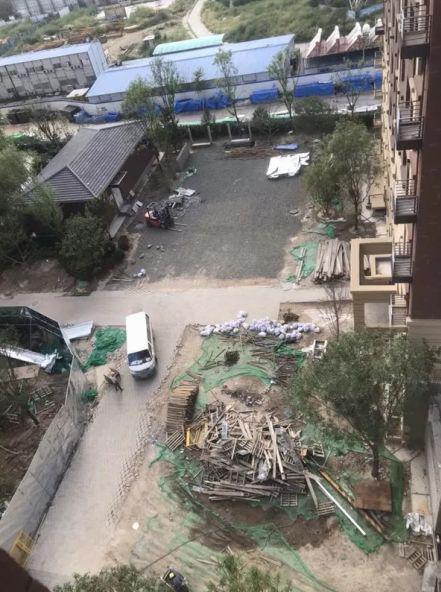 小区里建筑垃圾堆砌