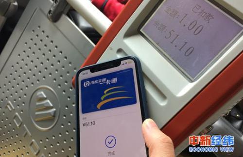 北京苹果用户在体验刷iPhone乘公交 中新经纬 常涛 摄