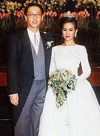 1991年,29岁的何超琼嫁给富二代许晋亨。2000年,两人宣布结束婚姻关系。