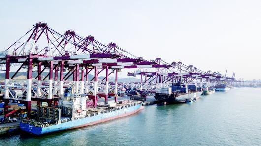 目前,我省正推动渤海湾港由整合向融合转变,并加快青岛港、威海港等整合进程。图为青岛港集装箱码头。(□CFP供图)