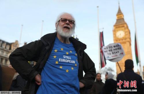 資料圖:英國民衆在國會大廈前聚集示威,抗議脫歐。