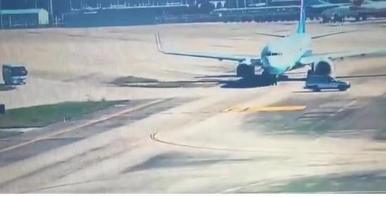 福州机场内一汽车穿越跑道 险撞滑行中厦航飞机