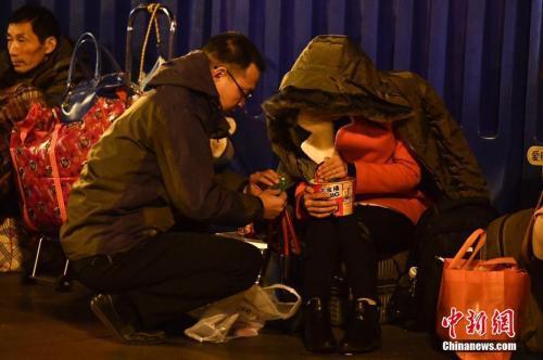 资料图:旅客候车时吃方便面。中新社记者 陈骥旻 摄