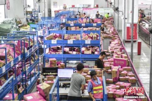 資料圖:快遞企業員工在倉庫分揀貨物。中新社記者 陳驥旻 攝