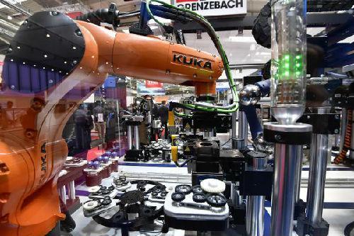 资料图片:德国库卡展出的工业机器人。(新华社)