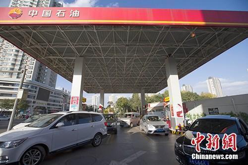 资料图:车辆正在加油站加油。中新社记者 张云 摄