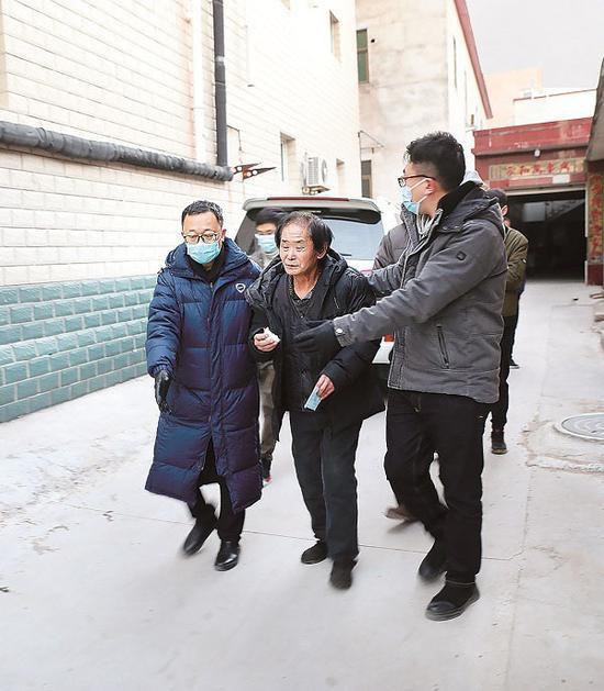 圖為西城區紀委監委追逃追贓專案組抓捕齊躍現場。齊欣 攝
