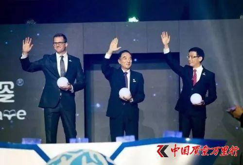 2016年4月2日,杨立基(中)和刘宇文(右)出席葆婴区域经销商大会