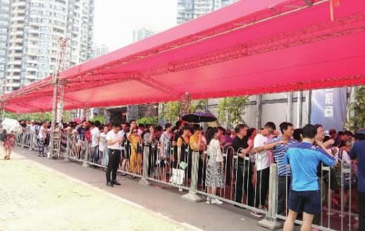 7月11日,记者在北辰三角洲营销中心看到,近300余人顶着36℃的高温排队。 记者 卜岚 摄