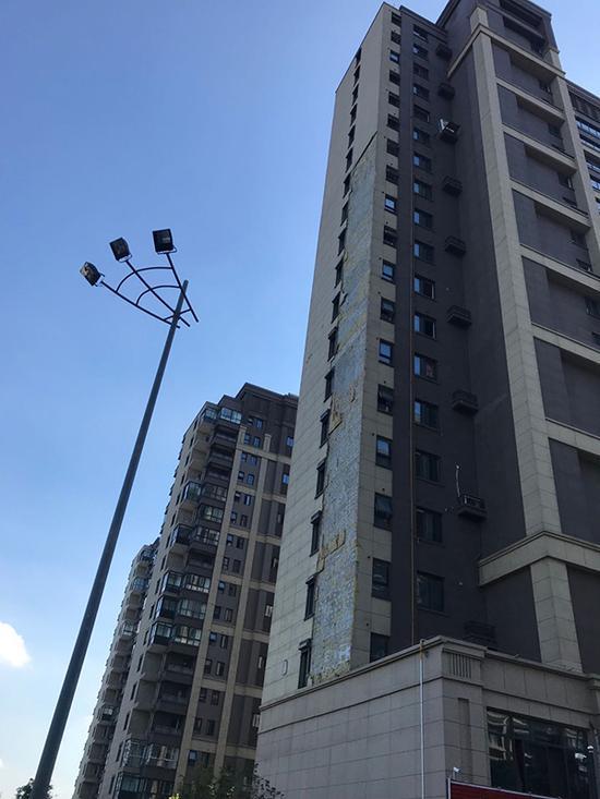 绿地南京一楼盘被台风刮落100多平方米外墙,交付不到一年