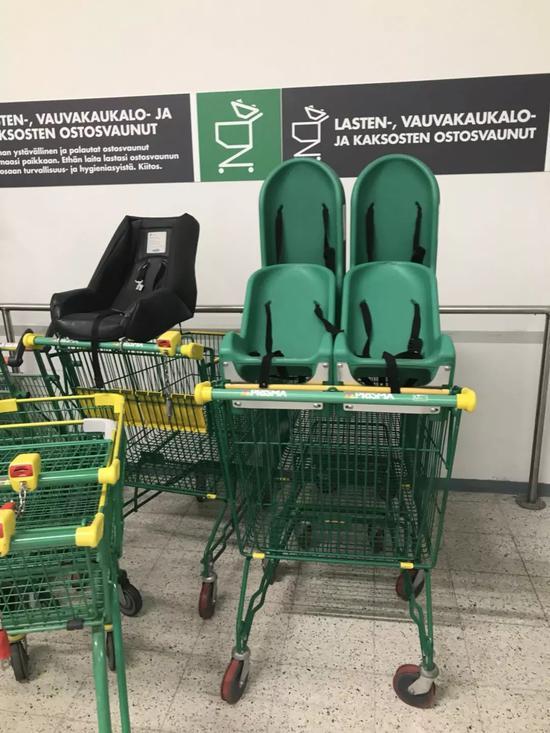 芬兰超市内的亲子购物车