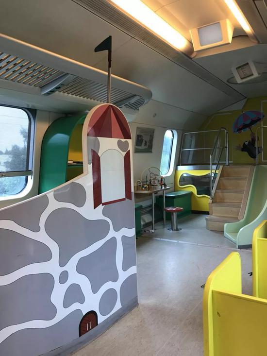 芬兰城际列车儿童车厢内的游乐设施