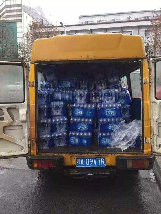 可口可乐中国第一批饮用水送达武汉几大医院
