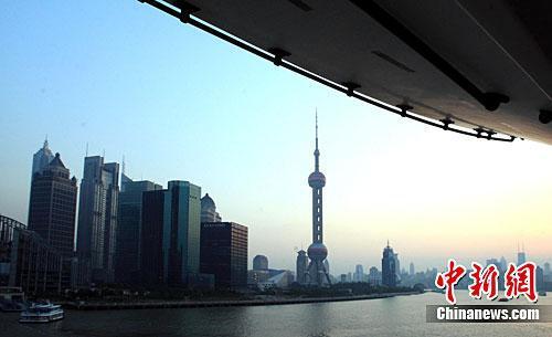 资料图:上海的江边建筑。中新社记者 潘索菲 摄