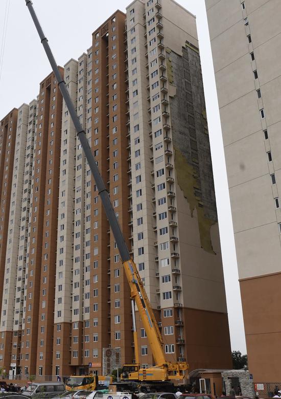 朝阳区东坝首开畅颐园小区3号楼墙体大面积脱落。新京报记者 吴宁 摄