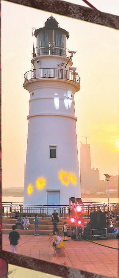 """青岛为市民和游客打造""""不夜""""嘉年华。图为青岛奥帆情人坝休闲风情街入夜前的景色。   王海滨摄(人民视觉)"""