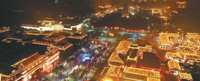"""今年夏天,""""夜经济""""成为""""热词""""。8月8日,西安市曲江大唐不夜城的夜市中人声鼎沸,一派繁华景象。   新华社记者 刘 潇摄"""
