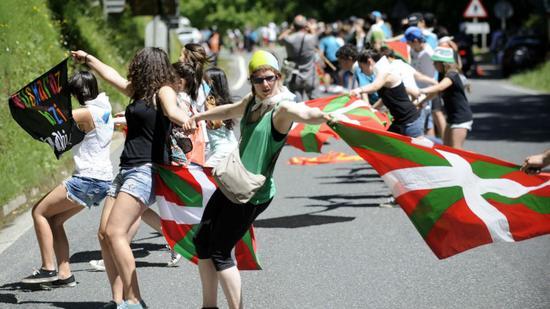西班牙又一地区闹独立 数万民众要求公投
