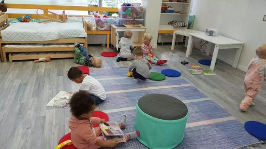 芬兰幼儿园内不乏小月龄的孩子