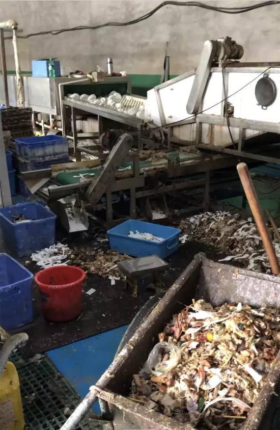 ▲涉事工厂车间除渣区的食物残渣混合着筷子、勺子,直接堆在地上。新京报记者刘经宇 摄