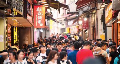 7月24日,游客在大三巴牌坊前的手信街游览。   新华社记者 张金加摄