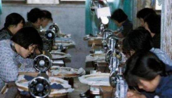 80年代工廠的縫紉機女工