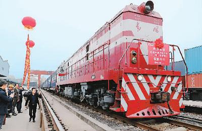 图为日前一列上海开往莫斯科的中欧班列在上海杨浦站发车。新华社记者 方 喆摄