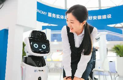 2018世界制造业大会积极促进央企、民企、外企、侨企、台企项目对接。图为大会现场展示的智能银行机器人。杨 洁摄(人民视觉)