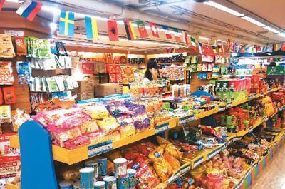 北京一家进口食品折扣店的货架上摆满了来自世界各地的进口商品。    卫琳聪摄