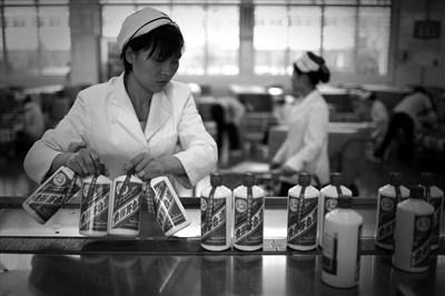 2017年贵州茅台实现营业收入582.18亿元,同比增长49.81%;归属于上市公司股东的净利润270.79亿元,同比增长61.97% 视觉中国图