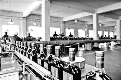鸿茅药酒生产线图片来源/鸿茅集团官网