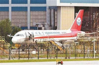 5月14日,四川航空3U8633航班在从重庆飞往拉萨时,因风挡玻璃破裂脱落而紧急备降成都。