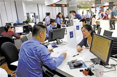 图为众多企业代表到上海自贸区综合服务大厅咨询办理业务。
