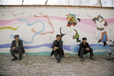 在辽宁省朝阳市喀左县小营村,留守老人们聚坐在墙根下 视觉中国图
