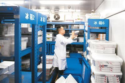 工作人员在浙江大学医学院附属第二医院的药品仓库取药。    新华社记者 黄宗治摄