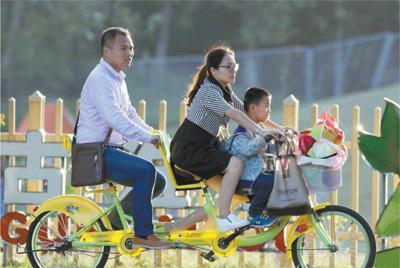 江苏省淮安市古淮河生态园中,家长和孩子一起度过快乐时光。   影像中国
