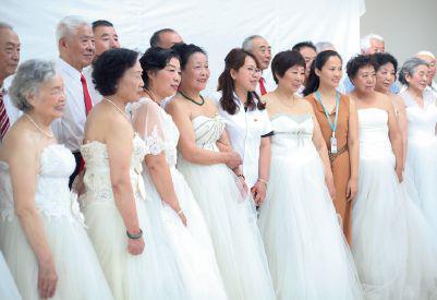 """6月25日,辽宁省沈阳市皇姑区,牡丹社区以""""爱在夕阳""""为主题,开办了老年婚纱公益摄影主题活动,历时一个月的时间,选出了10对70岁以上的老夫妻为他们免费拍摄婚纱照,圆了老人们年轻时的梦。图/视觉中国"""