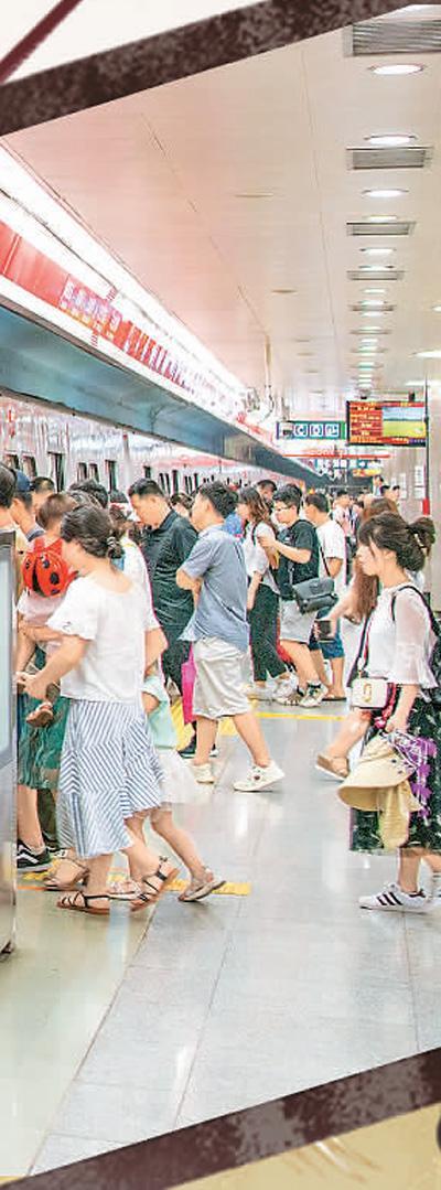 """北京地铁延长运营时间,助力繁荣""""夜京城""""。   刘帅冶摄"""