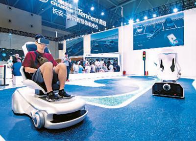 市民在参观2019中国国际智能产业博览会。   王卫国摄(人民图片)