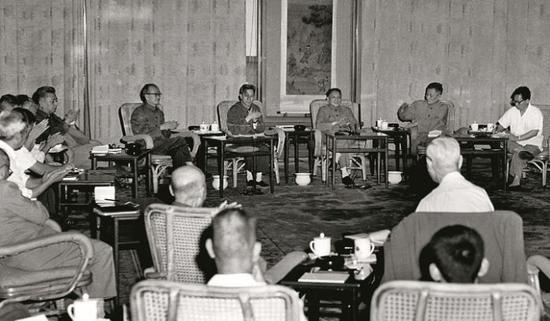 1977年8月,邓小平在科学和教育工作座谈会上.图片