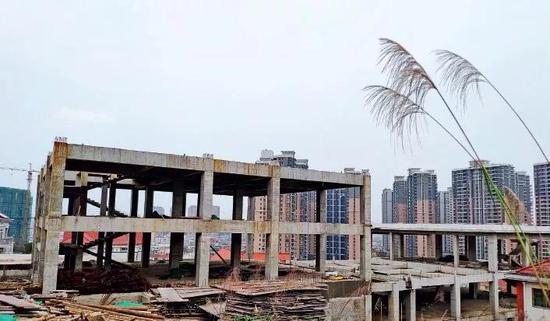 凤凰别墅山庄内,一幢正在被拆的违建楼。摄影/本刊记者黄孝光