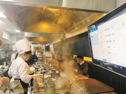 餐饮企业可视化数据系统提高厨师工作效率。任 摄
