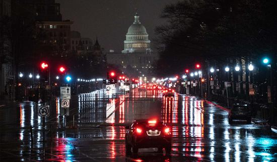 """""""挺川""""抗议者破窗闯进国会大厦 首都华盛顿实施宵禁!"""