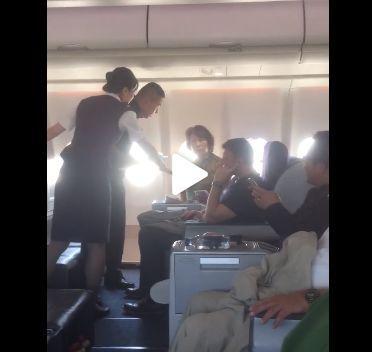 机组人员正在安抚该女性乘客 图:李亚玲所拍摄视频截图